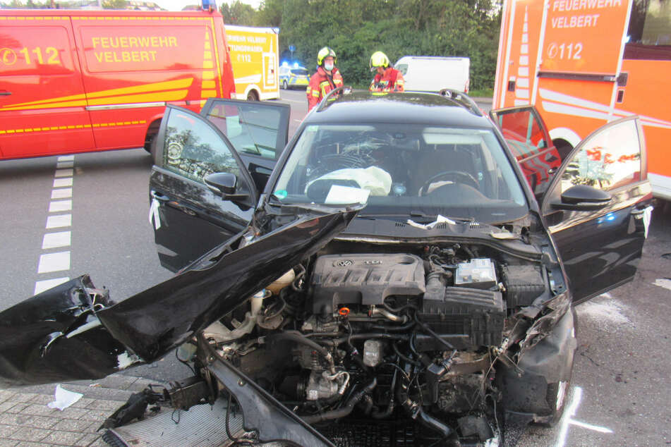Die Autofahrerin (59) wurde bei dem Unfall in Velbert schwer verletzt. Ihr VW Passat wurde bei der Kollision mit dem Bus völlig demoliert.