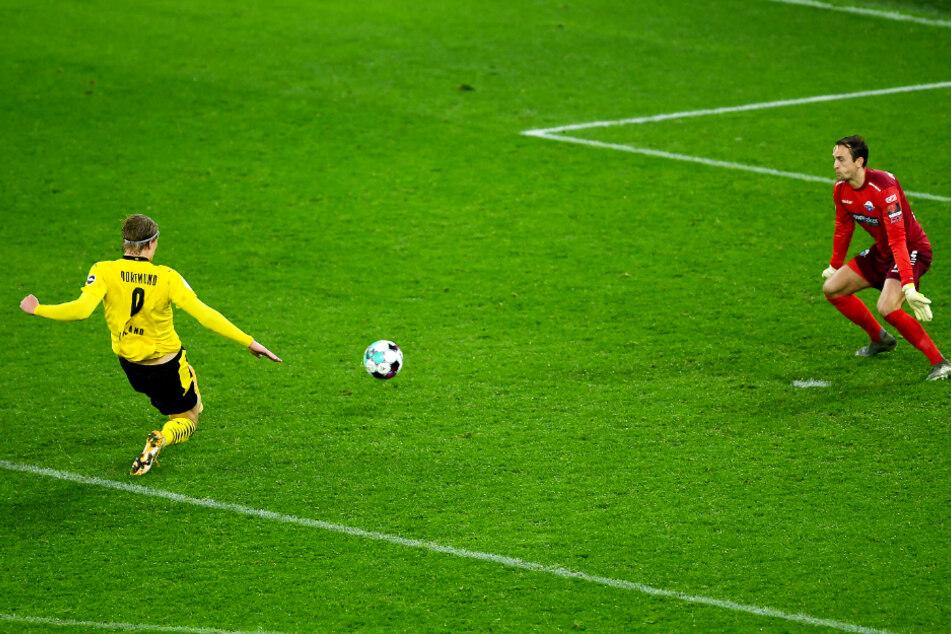 Die Erlösung: Erling Haaland (l.) überwindet SCP-Keeper Leopold Zingerle und trifft zum 3:2 für Borussia Dortmund.