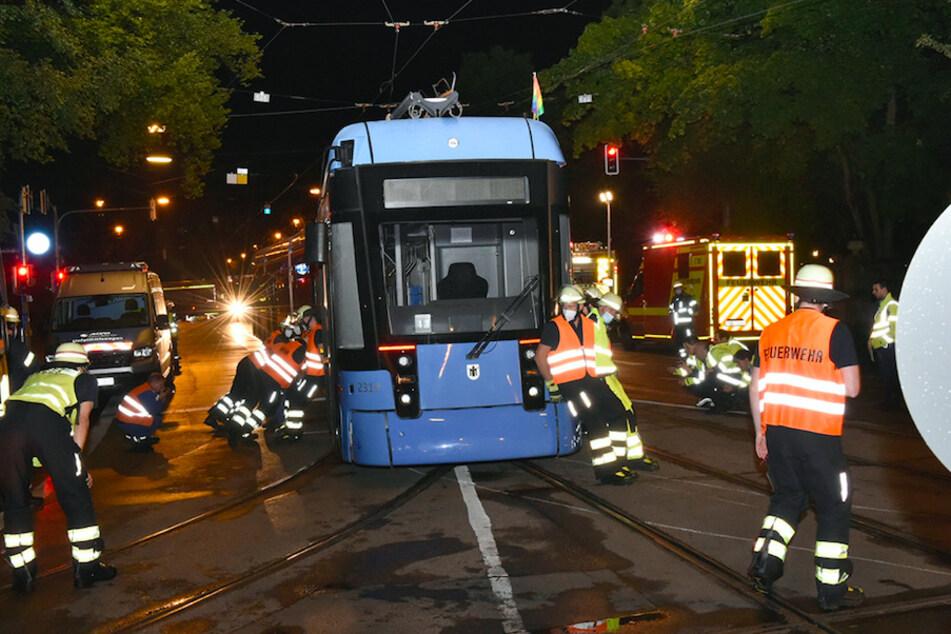 Mit vereinten Kräften schoben die Feuerwehrleute die Tram zurück in die Schienen.