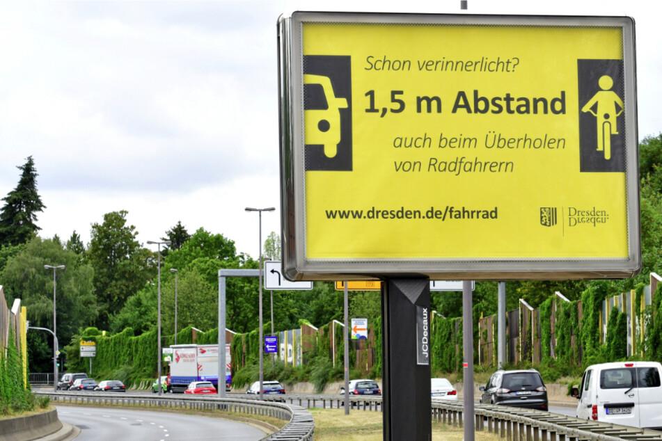 """""""Abstand halten"""": So informiert die Stadt Autofahrer über die neuen Regelungen. Vergleichbare Plakate hängen an allen großen Einfallstraßen."""