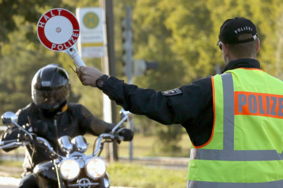 Jugendliche mit frisierten Mopeds im Erzgebirge unterwegs: 16-Jähriger flüchtet vor der Polizei