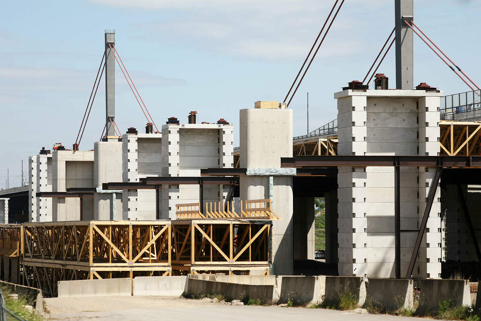 Die Leverkusener Rheinbrücke zählt zu den bekanntesten Baustellen in NRW. Die Fertigstellung der ersten von zwei neuen Brücken ist für Ende 2023 geplant.
