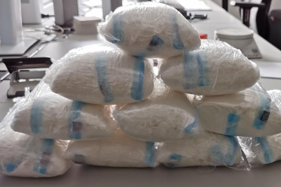 Am Dienstag ist der Düsseldorfer Polizei die Festnahme von zwei niederländischen Drogenkurieren (20,22) gelungen. Im Gepäck hatten sie 10 Kilo Amphetamine.