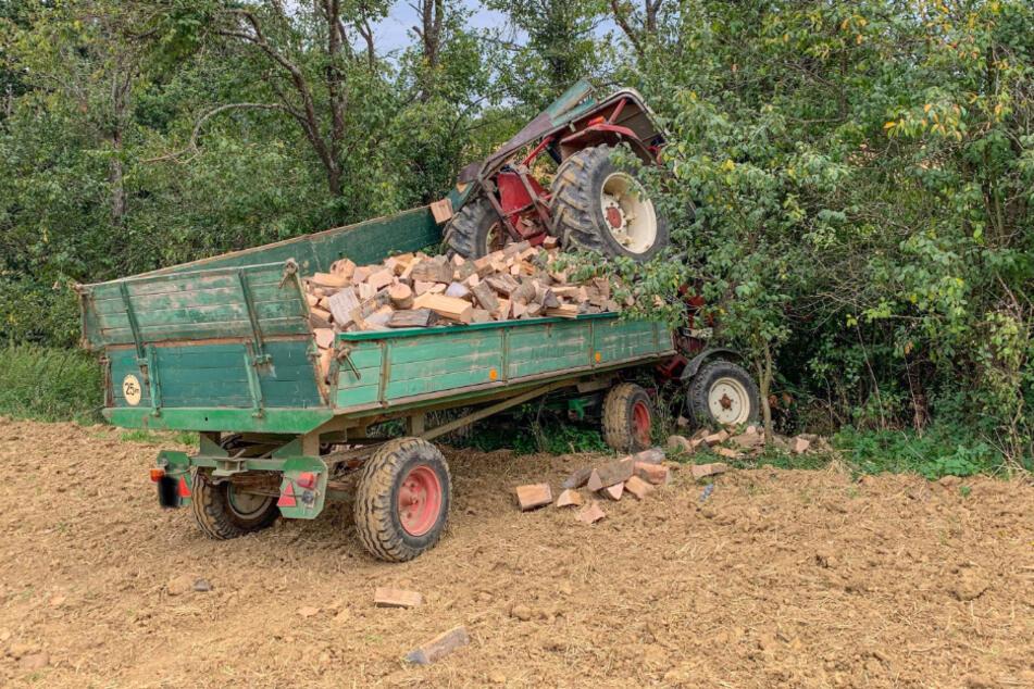 Der Traktor überrollte den Mann, der gerade mit Holzarbeiten beschäftigt war.
