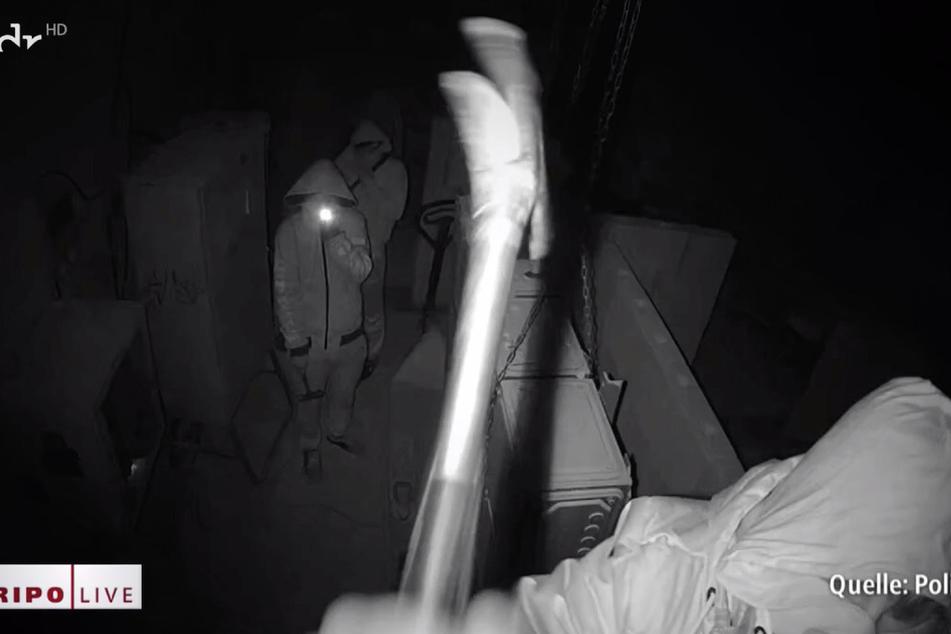 Die Jugendlichen zerstörten die Kamera mit einem Hammer.