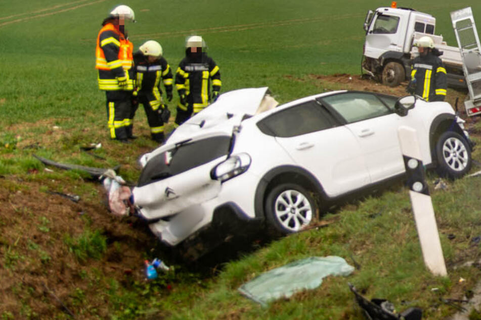 Lkw gerät auf Gegenfahrbahn und kracht in Citroen: Autofahrer sofort tot