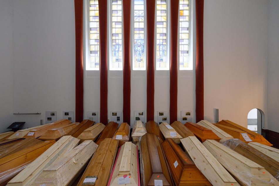 Särge mit Verstorbenen stehen vor der Einäscherung im Andachtsraum im Krematorium. Die meisten davon sind an oder mit dem Coronavirus verstorbenen.
