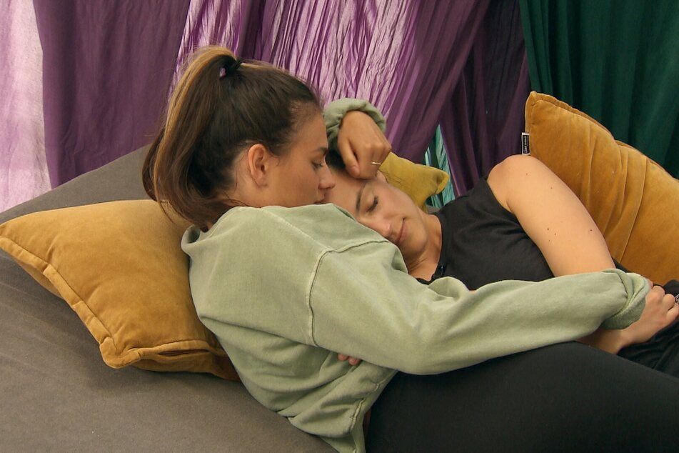Lou (l.) nahm die angeschlagene Irina in den Arm.