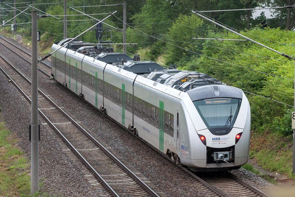 Die Bahnstrecke zwischen Dresden und Chemnitz ist aktuell gesperrt. Nahe Freiberg wurde eine Person von einem Zug erfasst (Archivbild).
