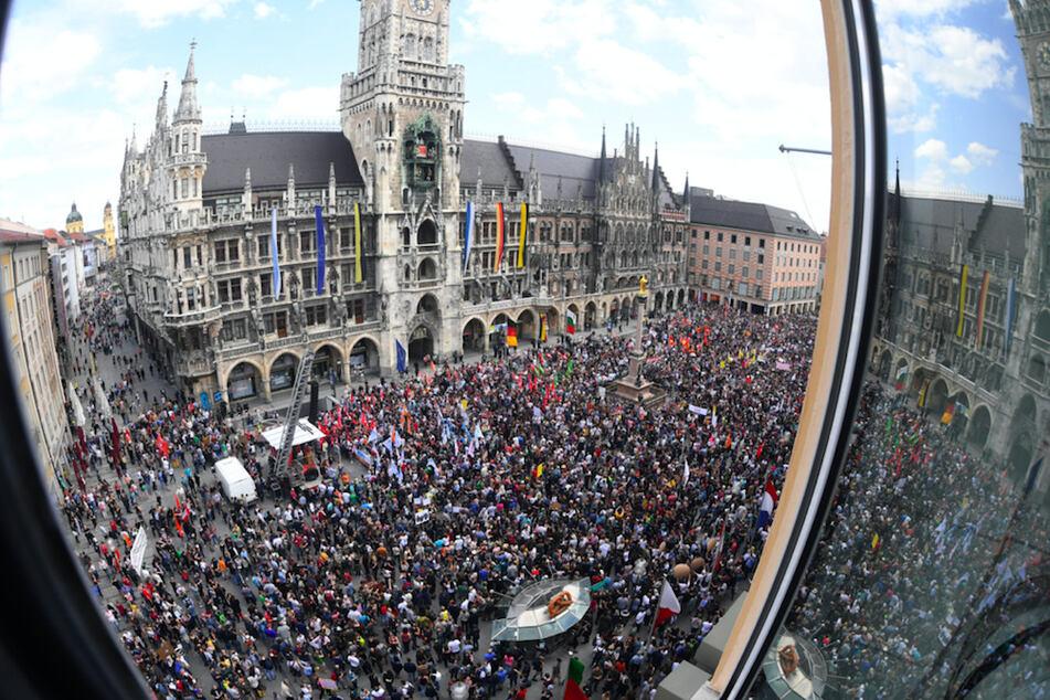 Demonstranten stehen bei einer Demonstration gegen das neue bayerische Polizeiaufgabengesetz (PAG) 2018 auf dem Marienplatz.