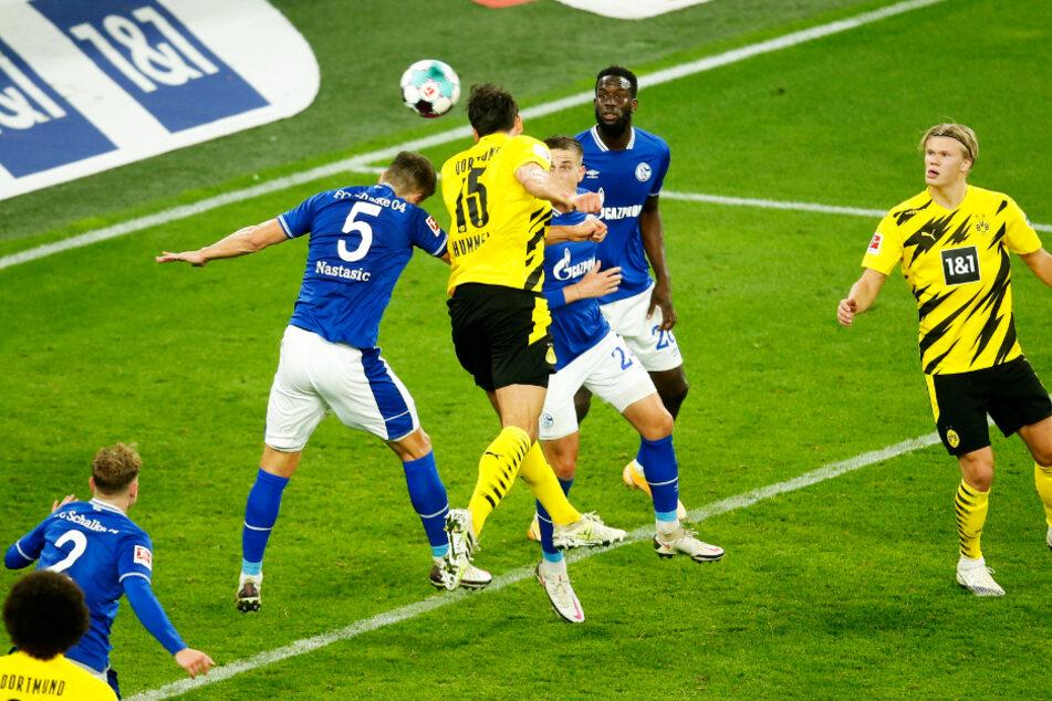 Mats Hummels (M.) traf per Kopf zum 3:0 für Borussia Dortmund gegen den FC Schalke 04. Es war sein erstes Derbytor im 19. Einsatz.