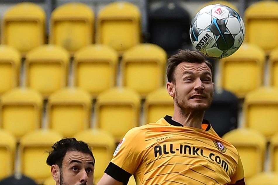 SGD-Kapitän Florian Ballas (r.) gewinnt das Kopfballduell mit Stuttgarts Hamadi Al Ghaddioui deutlich.