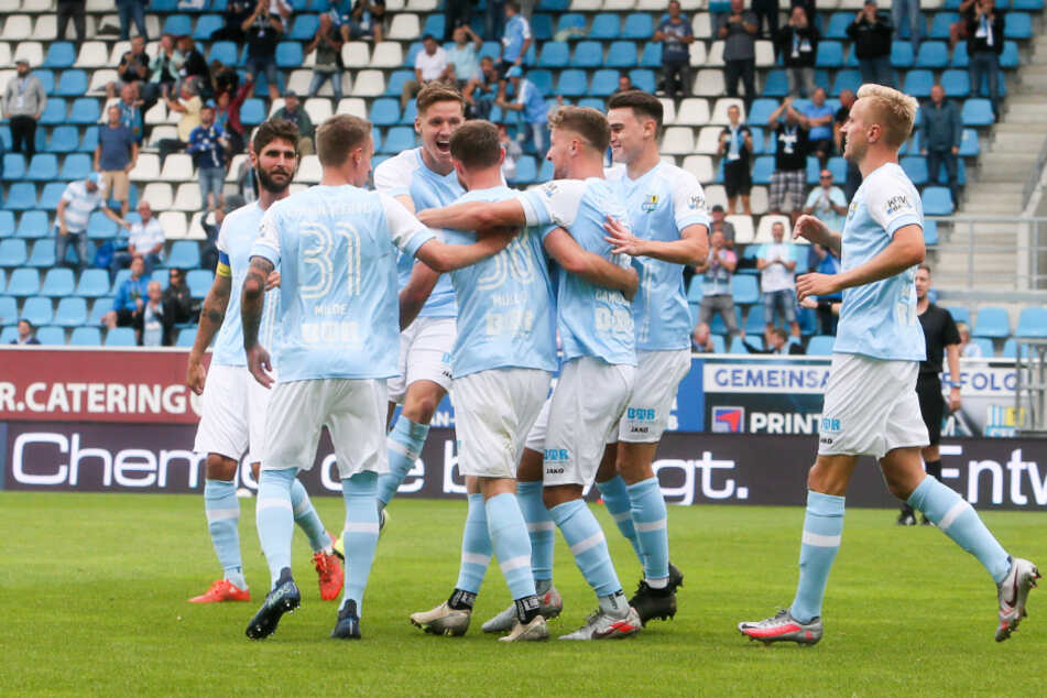 Riesenjubel: Tobias Müller (M.) köpfte den CFC zum Sieg.