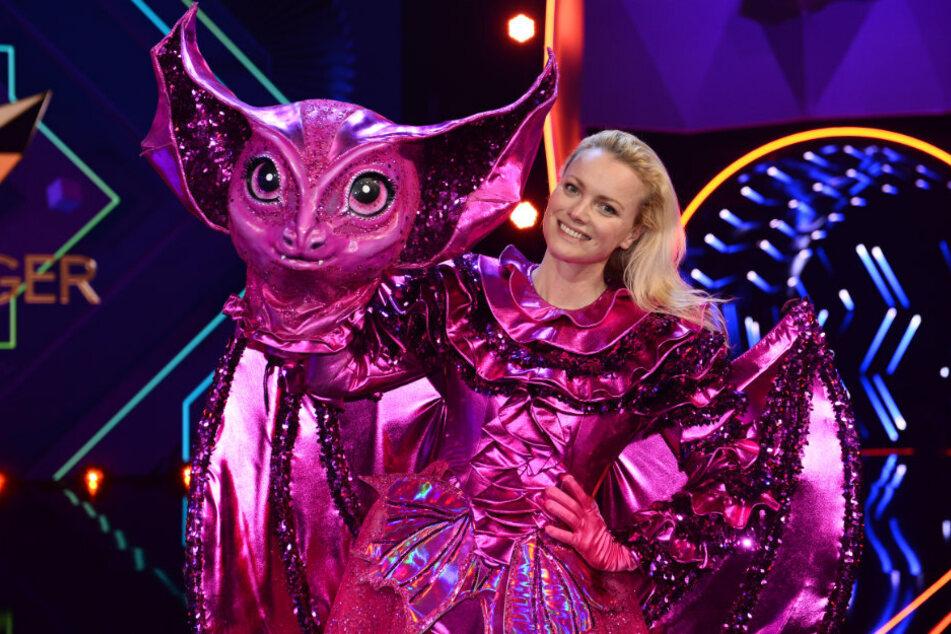 """Franziska Knuppe, Model, steht als enttarnte Figur """"Die Fledermaus in der Prosieben-Show """"The Masked Singer"""" auf der Bühne."""