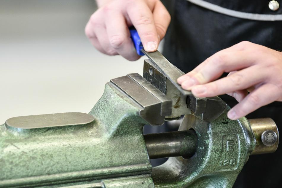 Aubsildungsbetriebe, die besonders von der Corona-Kriese betroffen sind, sollen vom Bund eine Präme pro Ausbildungsvertrag erhalten (Symbolbild).