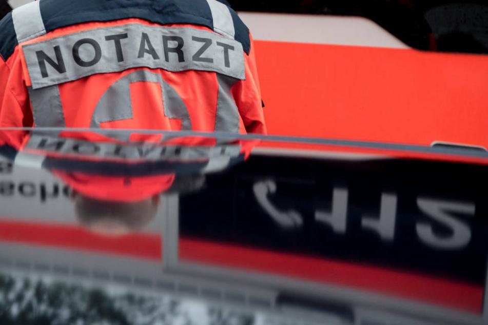 Nachdem der 29-Jährige von der Feuerwehr aus seinem VW Golf befreit werden konnte, wurde er von einem Rettungswagen ins Krankenhaus gebracht. (Symbolbild)
