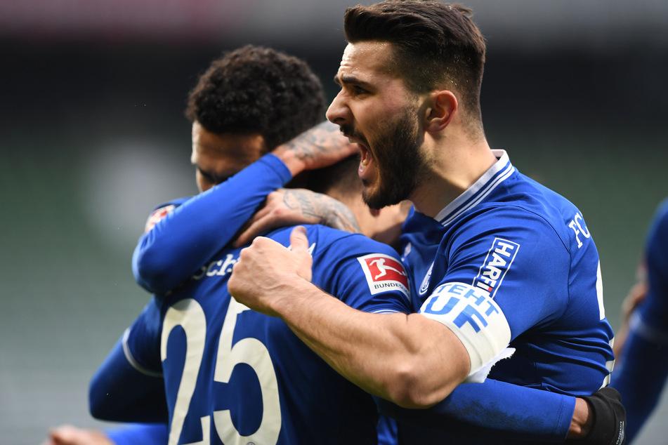 Sead Kolasinac jubelt mit dem Rest der Mannschaft des FC Schalke 04 über das zwischenzeitliche 1:0.