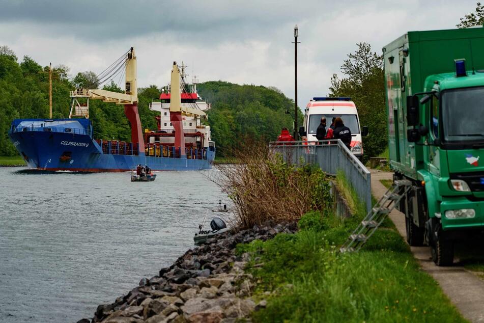 Einsatzkräfte der Polizei fahren mit einem kleinen Boot über den Nord-Ostseekanal.