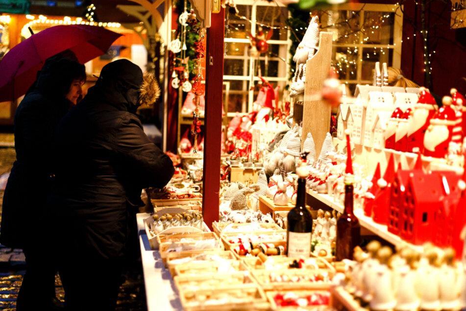 Ohne Maske werden Besucher auf dem Weihnachtsmarkt vermutlich nicht unterwegs sein dürfen. (Archivbild)