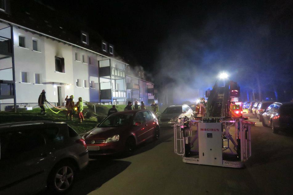 Dramatische Rettung: Feuerwehr holt Baby und fünf Menschen aus brennendem Haus