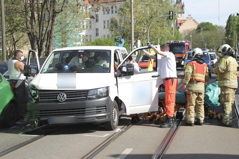 Sanitäter kamen dem Transporter-Fahrer zur Hilfe.