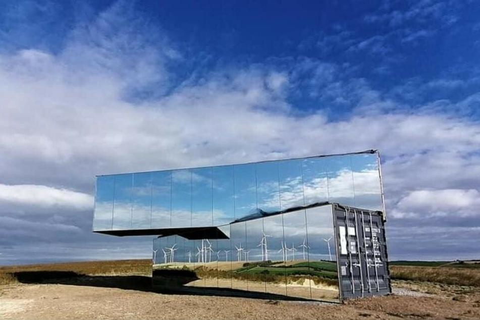 Die Spiegelarche steht auf einem Feld im thüringischen Roldisleben nahe Rastenberg.