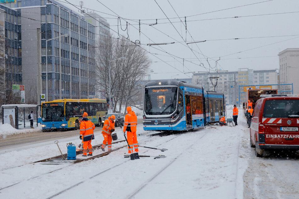 Eine Straßenbahn der CVAG ist am Dienstagmorgen in Höhe des Metropols entgleist.