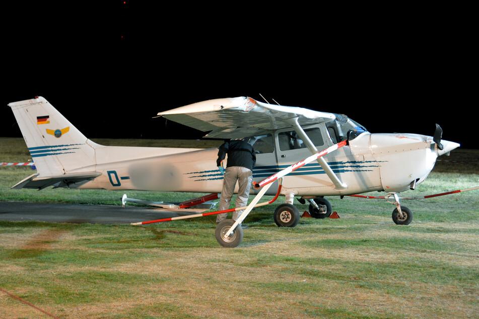 Das Kleinflugzeug vom Typ Cessna hatte eine Absperrung des Flugplatzes durchbrochen und Passanten auf einem Gehweg erfasst.