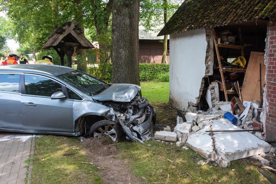 Das Auto des 82-Jährigen krachte gegen die Scheunenwand.