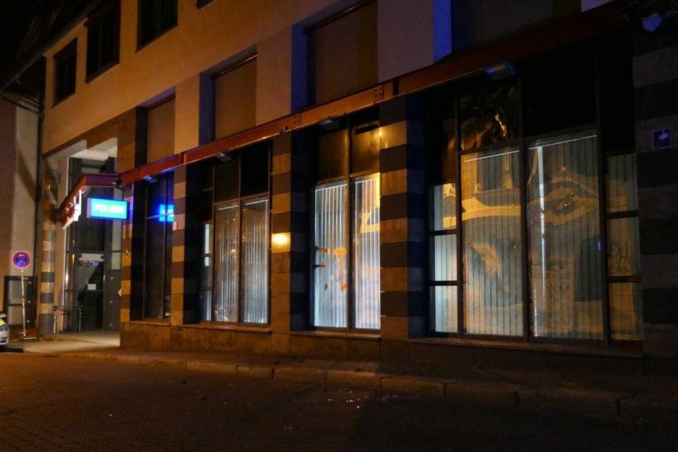 Scherben liegen vor der Polizeiaußenstelle im Leipziger Stadtteil Connewitz.