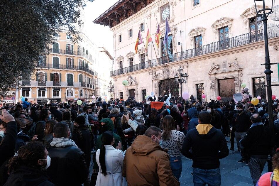 Spanien, Palma de Mallorca: Menschen nehmen an einer Kundgebung vor dem Consolat de Mar, dem Sitz der Regierung der Balearen teil.