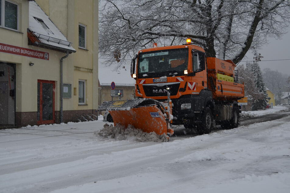 Der Winterdienst beräumte die S130 für die Feuerwehr.