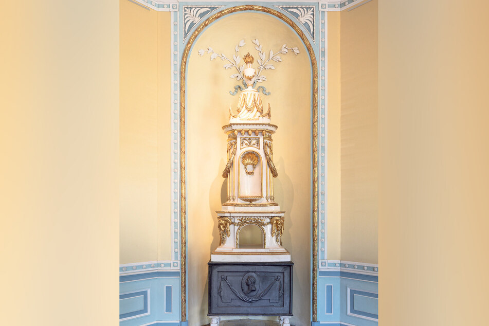 Noch gut erhalten ist dieser kunstvoll gestaltete Ofen im einstigen Schlafzimmer.