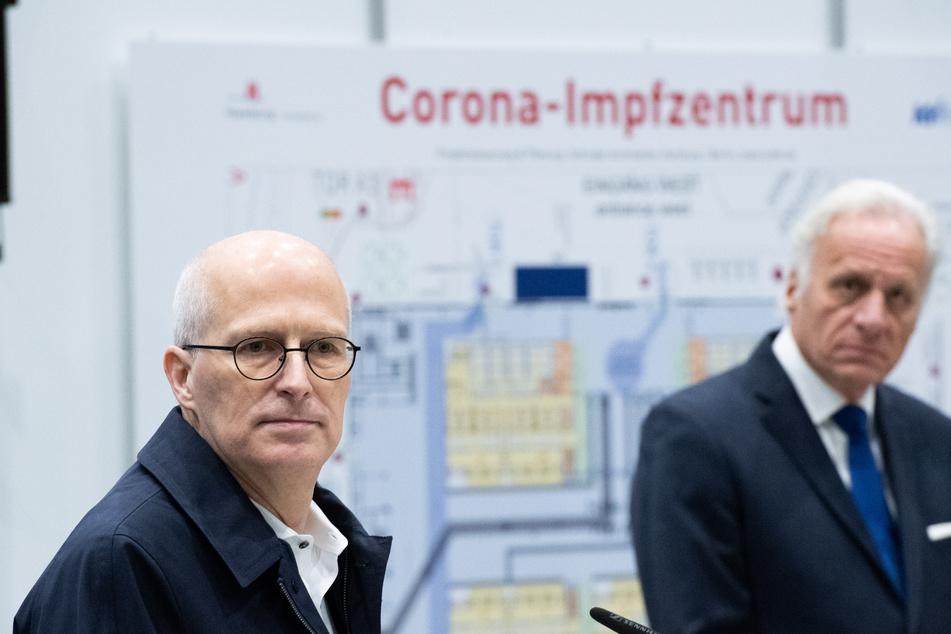 Peter Tschentscher (l, SPD), Bürgermeister, und Walter Plassmann, Vorsitzender der Kassenärztlichen Vereinigung, auf einer Pressekonferenz zum Aufbau des Impfzentrums in den Hamburger Messehallen.