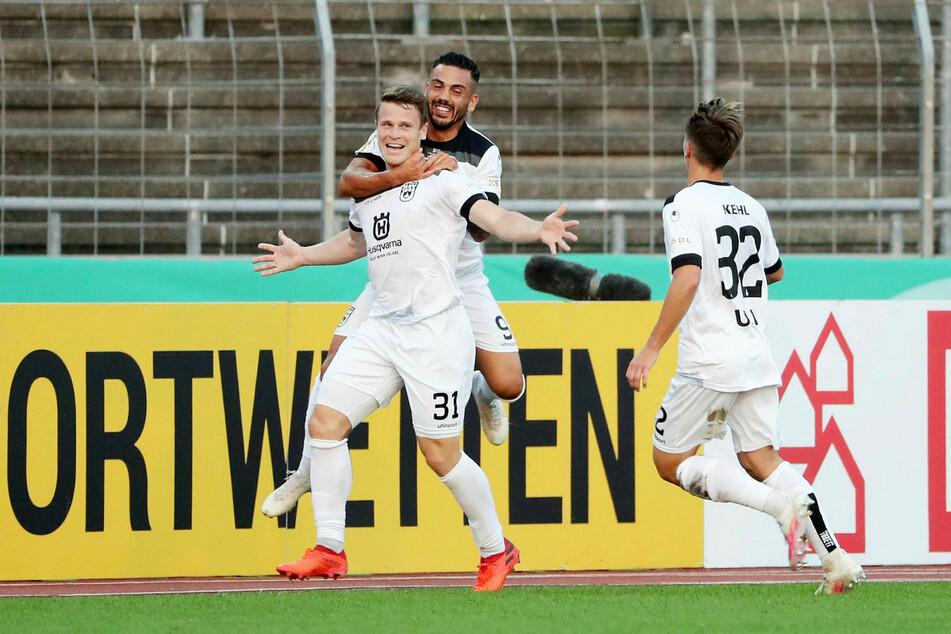 Tobias Rühle (l.) vom SSV Ulm erzielte das Führungstor und war damit an der zweiten Pokalüberraschung der 1. Runde maßgeblich beteiligt.