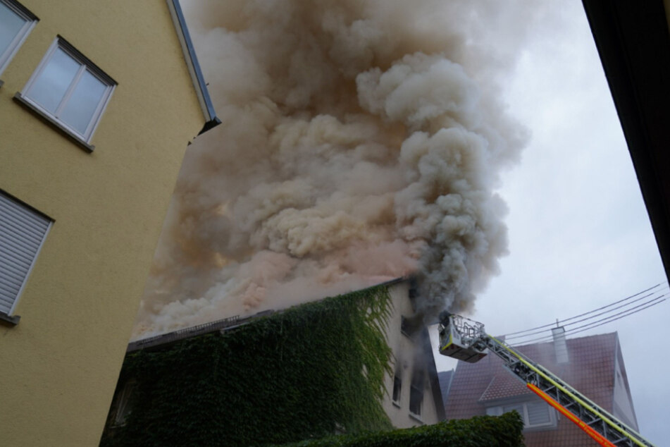 Heftiger Qualm steigt aus dem Dach empor.