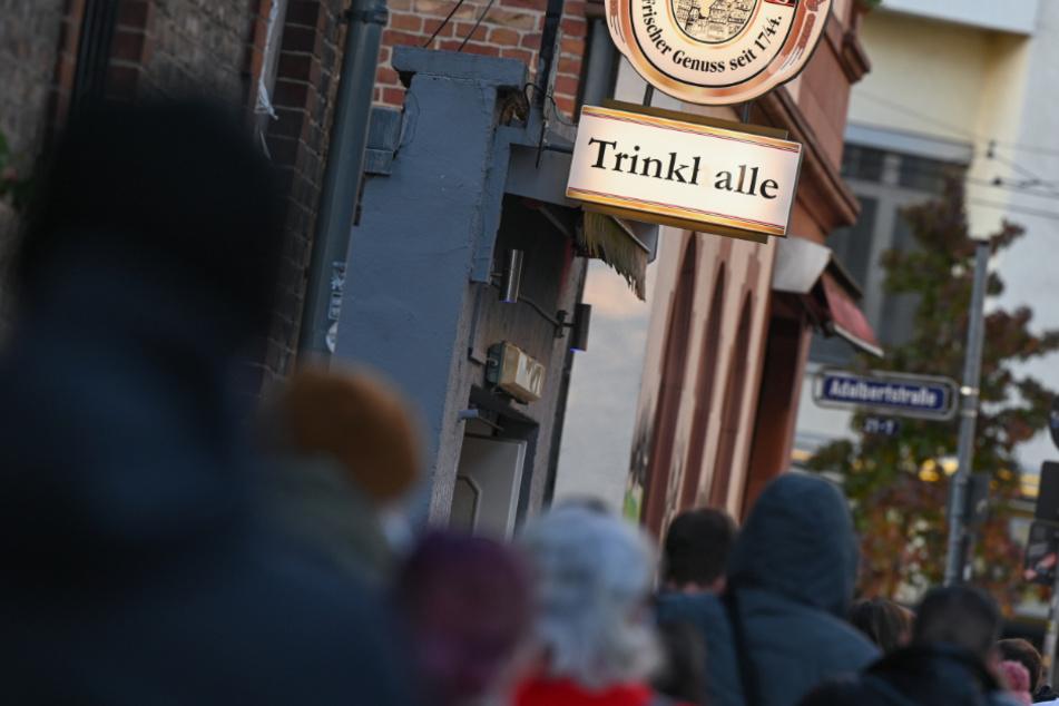 Passanten stehen vor einem Kiosk im Stadtteil Bockenheim Schlange, in dem der Internist Georg Siemon einen Corona-Schnelltest anbietet.