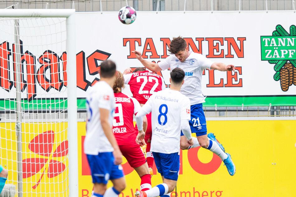 Klaas-Jan Huntelaars (r.) Aussetzer! Der routinierte Schalke-Stürmer foulte Roland Sallai (M.) völlig unnötig und verursachte damit den Elfmeter, der zum 2:0 für den SC Freiburg führte.