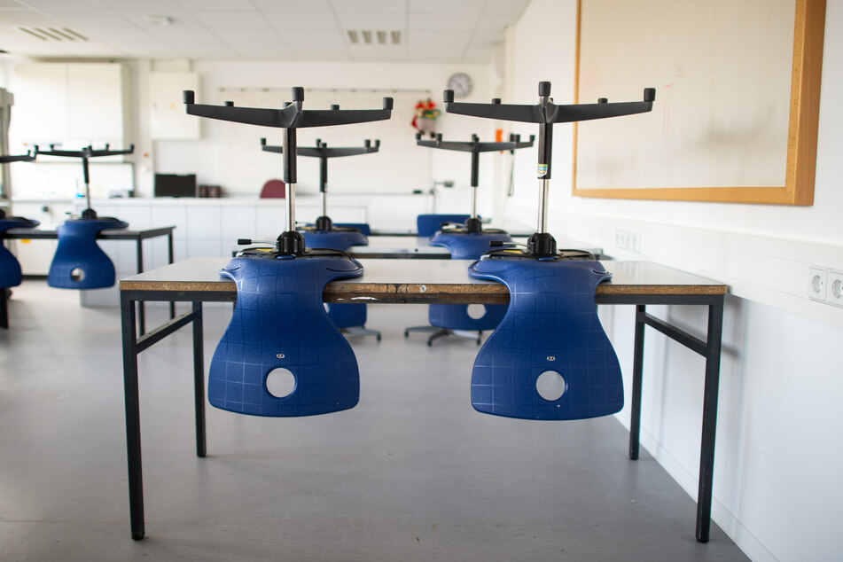 Stühle in einem leeren Klassenzimmer in NRW.