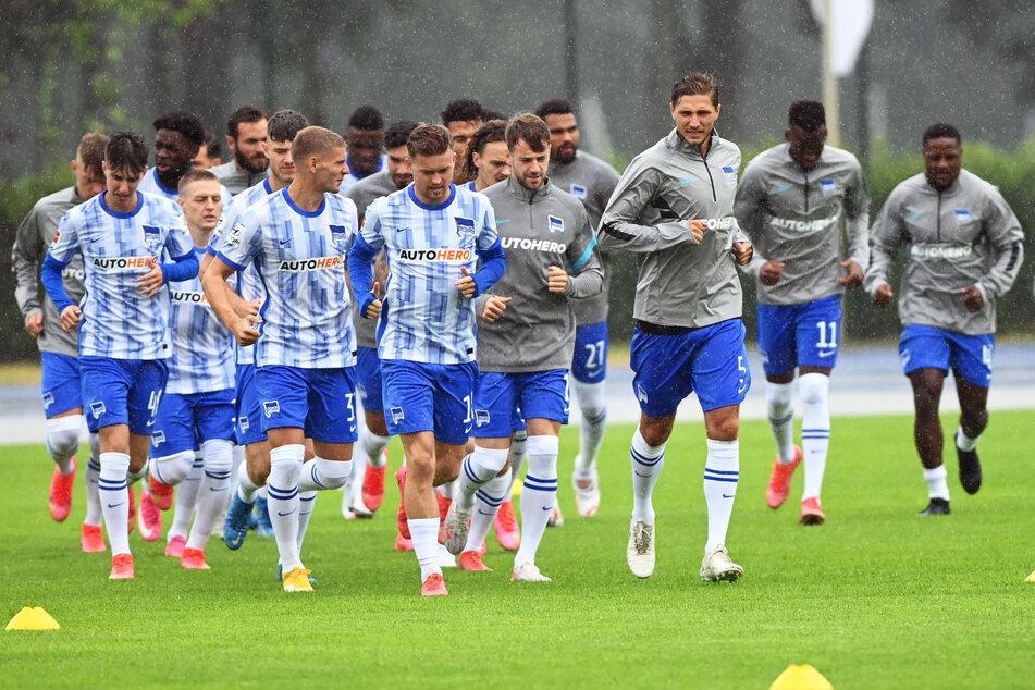 Am Mittwoch ging es für die Mannschaft im strömenden Regen zum Trainingsauftakt.