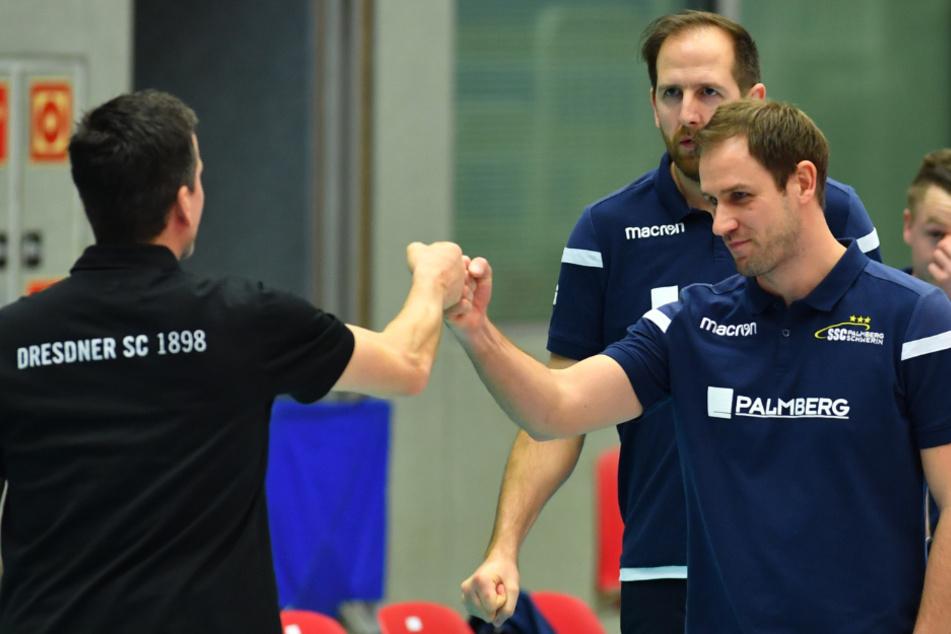 Corona-konforme Begrüßung der Trainer Alex Waibl (Dresden, l.) und Felix Koslowski (Schwerin).