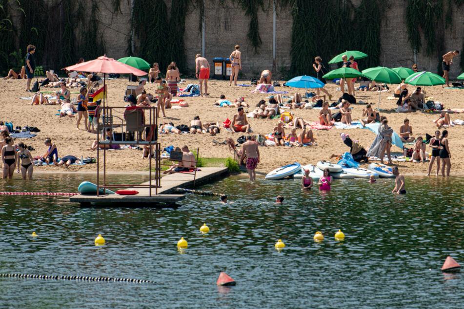 Berliner sonnen sich im Strandbad Plötzensee. Zum Wochenende hin wird das Wetter sommerlicher.