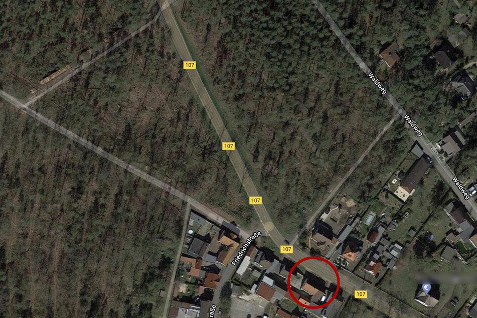 Immer wieder kamen in den letzten Jahren Fahrzeuge nach einer knapp 2,5 Kilometer langen Gerade von der B107 ab und krachten in Steffi Bachmanns (51) Haus.