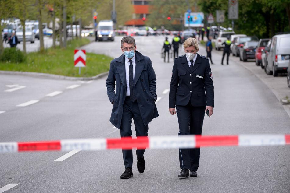 Der Hamburger Polizeipräsident Ralf Martin Meyer (l) mit Polizei-Pressesprecherin Sandra Levgrün am abgesperrten Tatort.