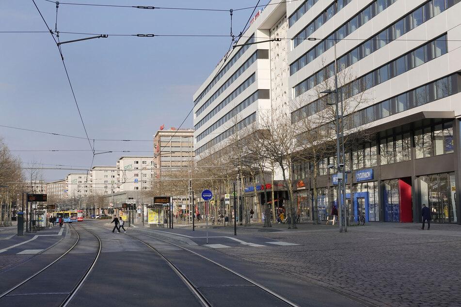 Nur noch wenige Menschen sind in der Chemnitzer Innenstadt unterwegs.