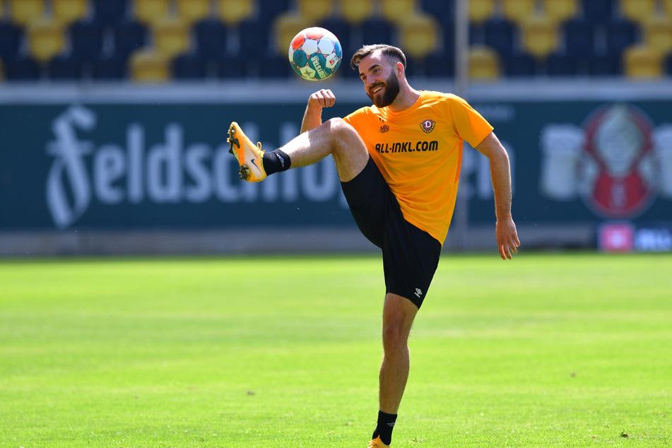 Während Dynamos Neuzugang Morris Schröter (25) gekonnt den Ball jongliert, ist im Hintergrund der Werbeschriftzug von Feldschlößchen an einer Bande zu lesen.