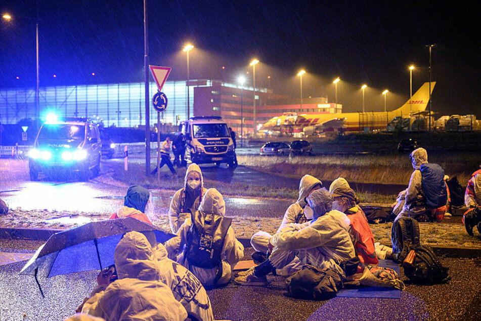 Soll sich nicht wiederholen: Am 10. Juli blockierten Dutzende Klimaaktivisten am Leipziger Flughafen die DHL-Zufahrt.