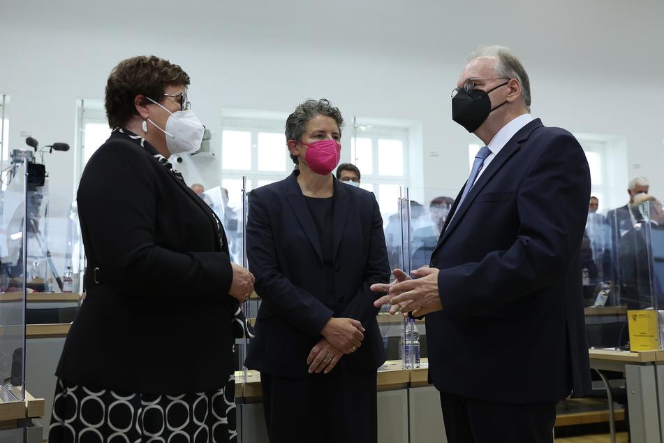 Haseloff (67, CDU), hier mit Petra Grimm-Benne (59, SPD, li.) Lydia Hüskens (57, FDP) muss sich nun einem zweiten Wahlgang stellen.