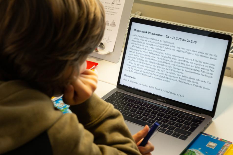 Kinder arbeiten derzeit zu Hause am Lernstoff.