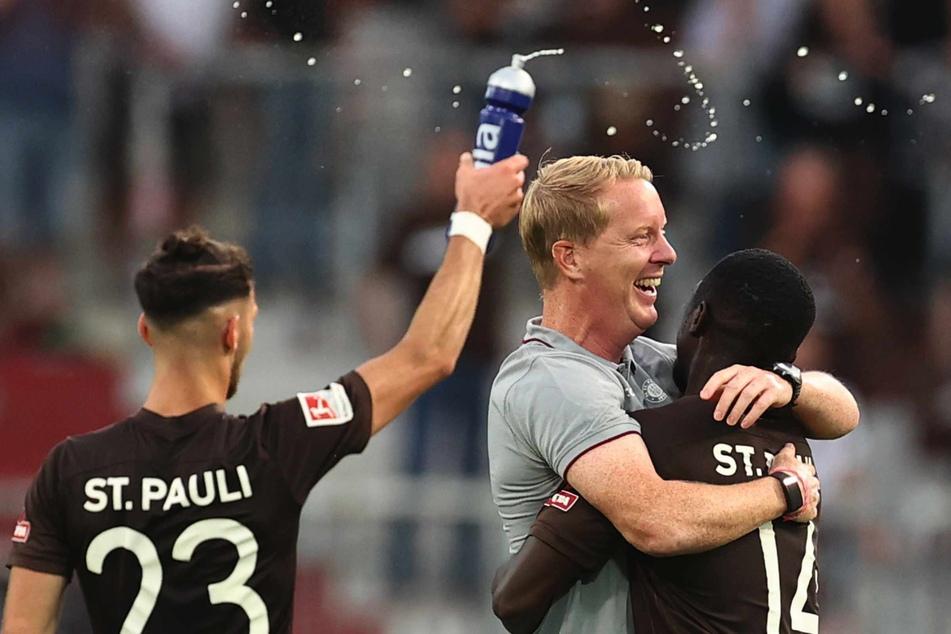 Nach dem Derby-Sieg über den HSV freut sich der 21-Jährige gemeinsam mit Trainer Timo Schultz (44).